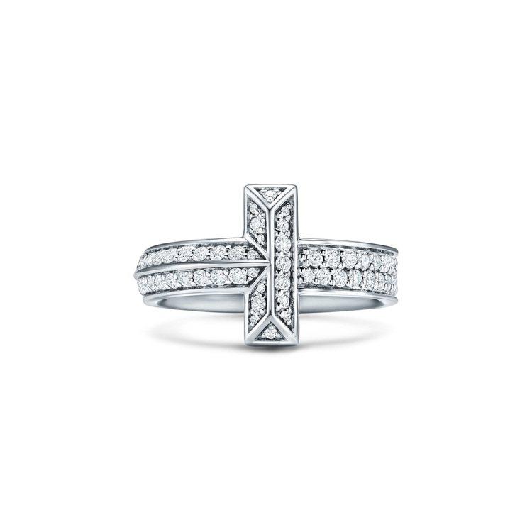 Tiffany T1 18K白金寬版鋪鑲鑽石戒指,20萬1,000元。圖/Tif...