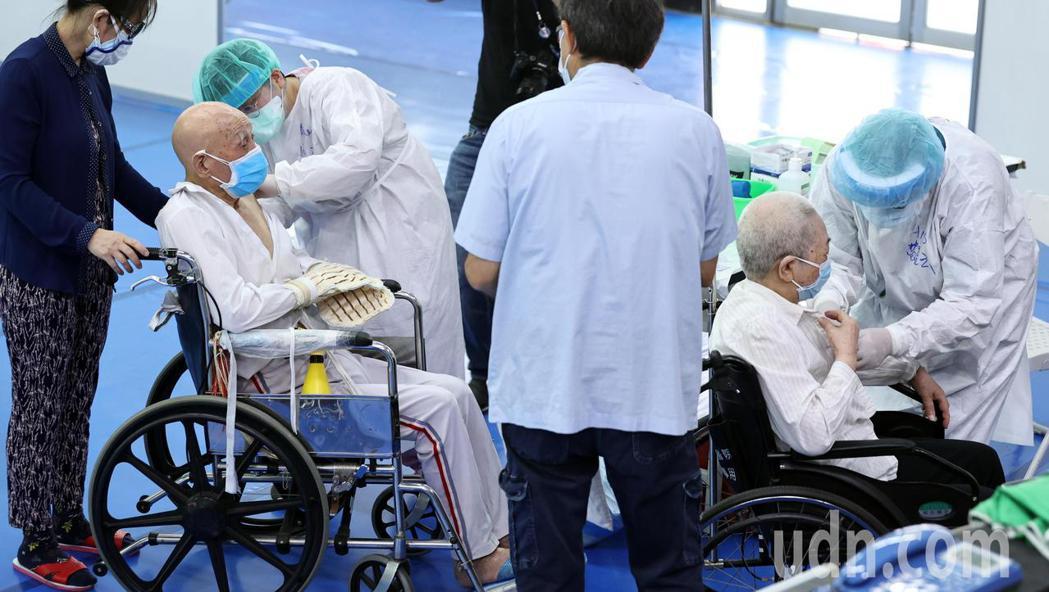 行動不便的長者坐著輪椅接種疫苗。記者侯永全/攝影