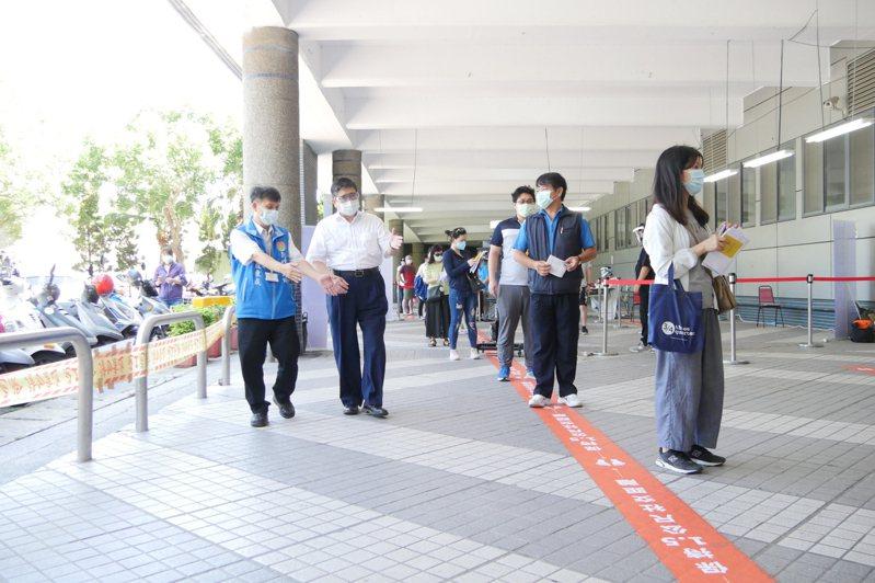 縣長楊文科上午也到新竹縣體育館大型接種站、竹北衛生所,視察長者及防疫人員疫苗接種情形。記者陳斯穎/攝影