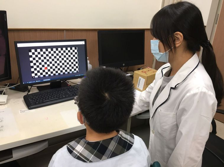 學生放防疫家宅在家,醫師提醒長期盯著3C,近視度數將大增。圖/安南醫院提供