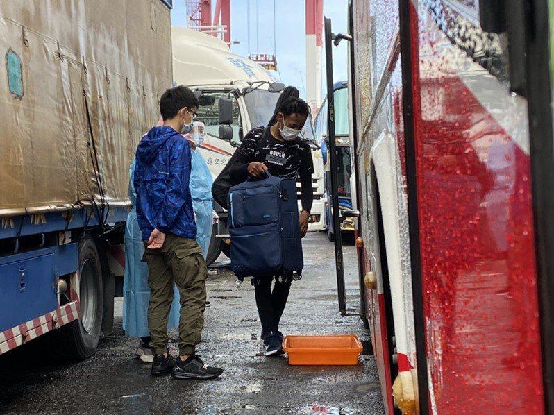 今天上午8時許首艘遠洋漁船於進港,並由防疫巴士接送船員至防疫旅館。記者陳弘逸/攝影