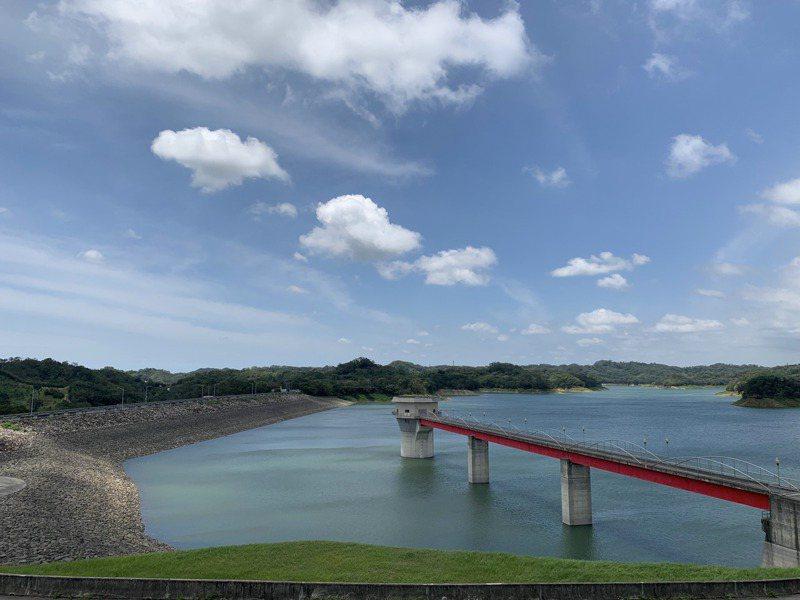 新竹縣寶二水庫目前蓄水量已超過半分飽,不到1個月時間水庫又重新恢復湛藍美景。記者巫鴻瑋/攝影