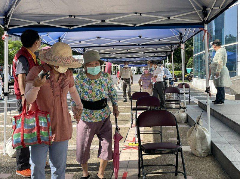 新北今開始施打85歲以上的疫苗,不少長輩由家人攙扶進入會場。記者王敏旭/攝影