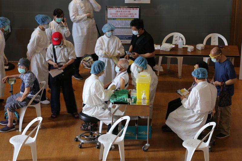 新北今日開放85歲以上長者接種疫苗,但施打率未如預期的高,里長推斷部分長者臥病在床,覺得沒施打必要,另有些人戶籍地在其他縣市,也不能接種。圖/台北慈濟醫院提供