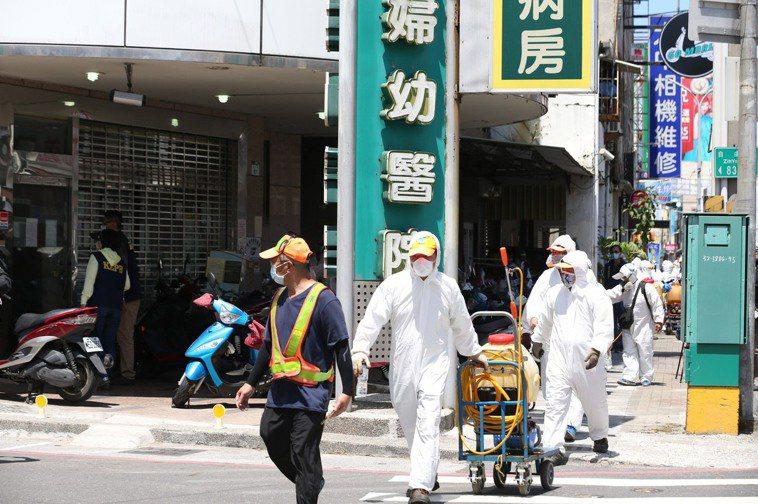 高雄仁惠醫院行政人員、護理師5月間相繼確診,市府第一時間緊急將病患清空及環境清消...