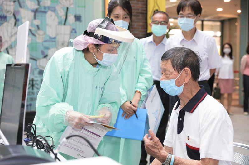 醫護人員向長者說明疫苗施打資訊。圖/新光醫院提供