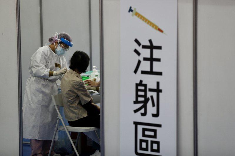 先前有媒體傳出菲律賓致函台灣,稱若國產疫苗獲得我國緊急使用授權審核通過,菲律賓將會直接採認我國的EUA、讓國產疫苗在當地免做3期臨床並直接讓民眾施打。對此,菲律賓官方15日出面否認。歐新社