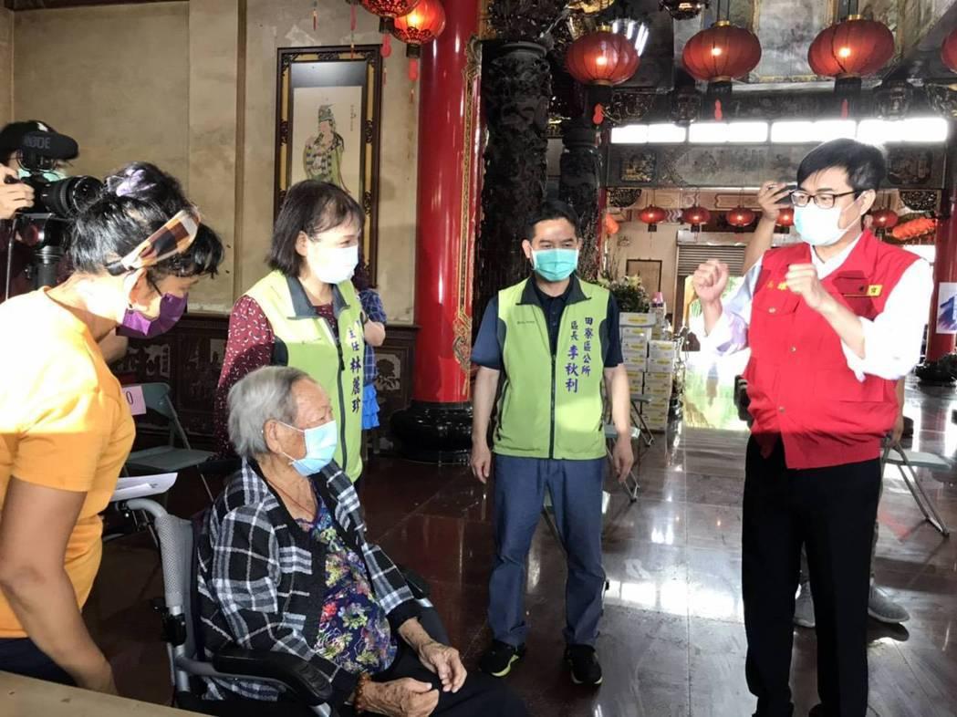 高雄市長陳其邁(右)前往田寮區視察長者疫苗施打情形。圖/民眾提供