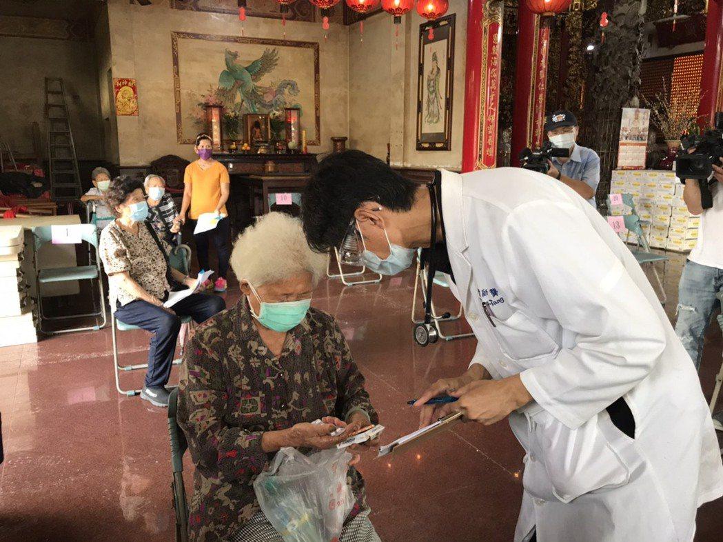 高雄田寮區長者年紀偏高,今天有不少90歲長者前往施打。圖/民眾提供