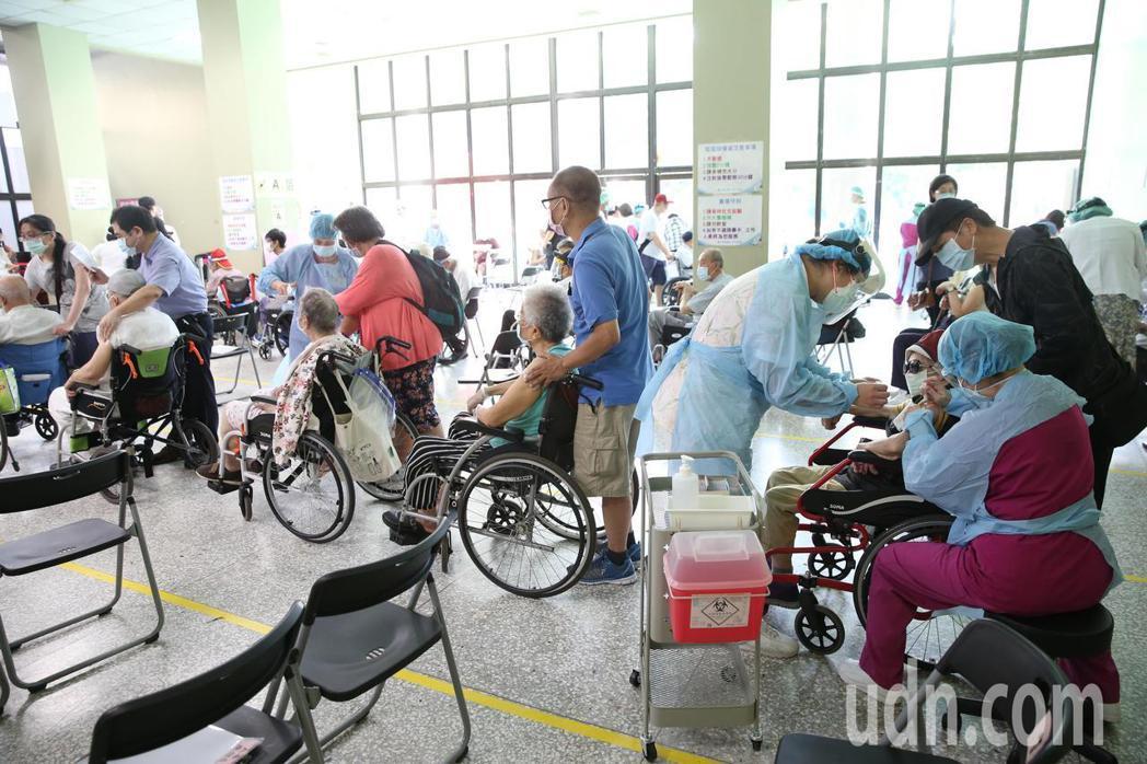 北市醫護質疑,北市尚未開放75歲長者施打,若將多出疫苗給予施打難道要診所背黑鍋。...
