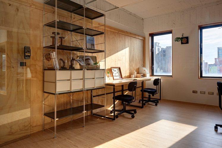 有黑色家具的辦公空間。圖/MUJI無印良品提供