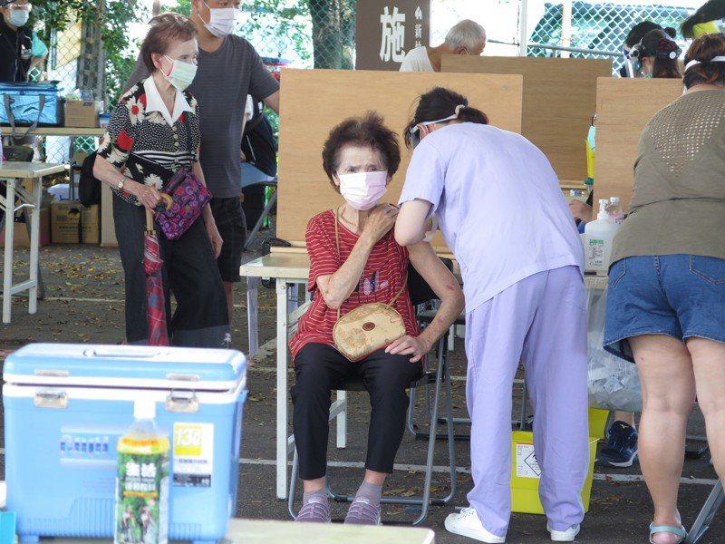 新竹市獲配新一批AZ疫苗近日替80歲以上長者施打。記者張裕珍/攝影