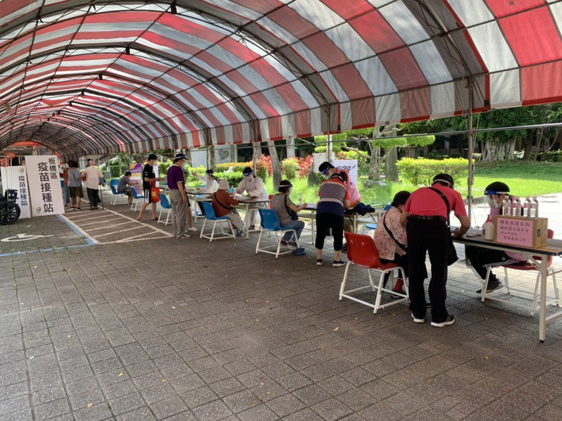 板橋區公所指出,板橋高中接種站下午人潮開始增多。圖/板橋區公所提供