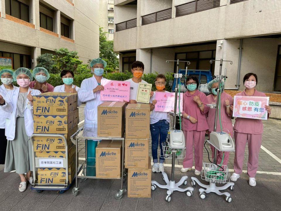 侯昌明夫妻(中)送上HFNC和N95口罩到忠孝醫院。圖/摘自臉書