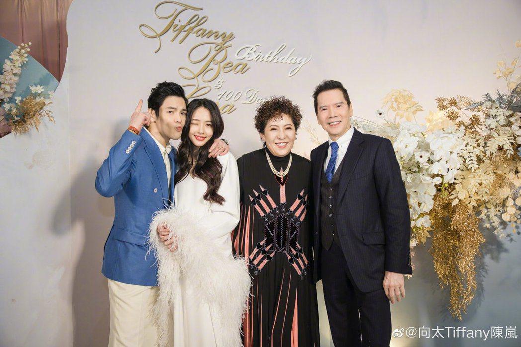 圖為向華強(右一)、陳嵐(右二)今年1月為媳婦在台北辦歸寧宴與孫女百日宴。(取自...