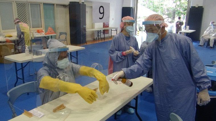 六輕萬人今天大普篩,上午完成第一波篩檢,醫護人員一個接一個檢篩沒停過,採檢到手快...