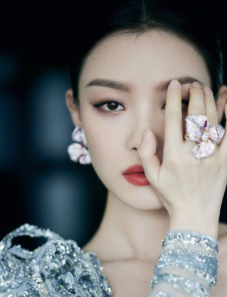 倪妮配戴CINDY CHAO玫瑰系列珠寶出席2021微博電影之夜。圖/取自微博倪...