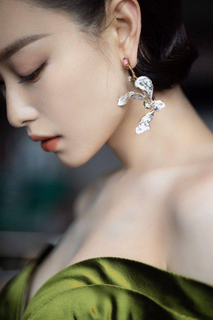 倪妮配戴CINDY CHAO White Label高級珠寶系列蘭花耳環與緞帶造...