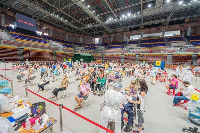 屏東縣立體育館首日安排85歲以上長者疫苗施打,長者在館內施打保持距離、井然有序。圖/屏東縣政府提供