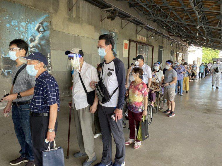 日本提供124萬劑AZ疫苗,各縣市開放長者今天開始接種。記者/蕭羽耘攝影