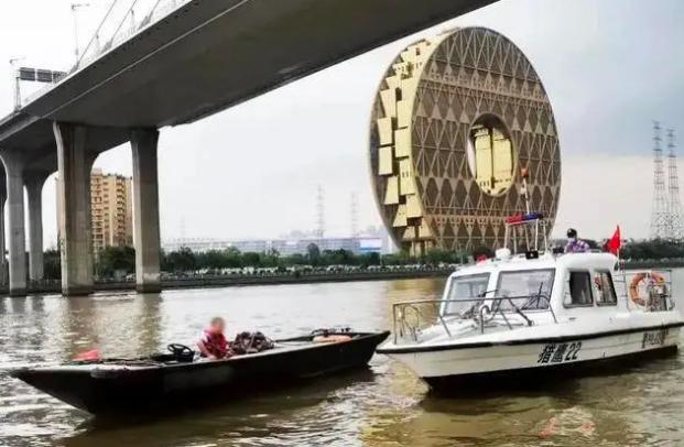 廣州荔灣區一名張姓建築工人,稱自己可以游過珠江對岸,翻過防疫水馬圍欄至親水碼頭下...