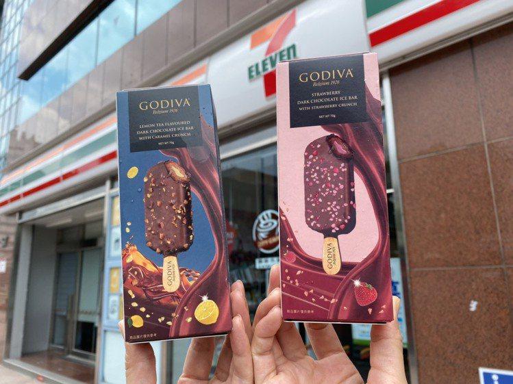由GODIVA全球主廚監製推出酸甜消暑的「GODIVA草莓脆碎黑巧克力雪糕」,以...