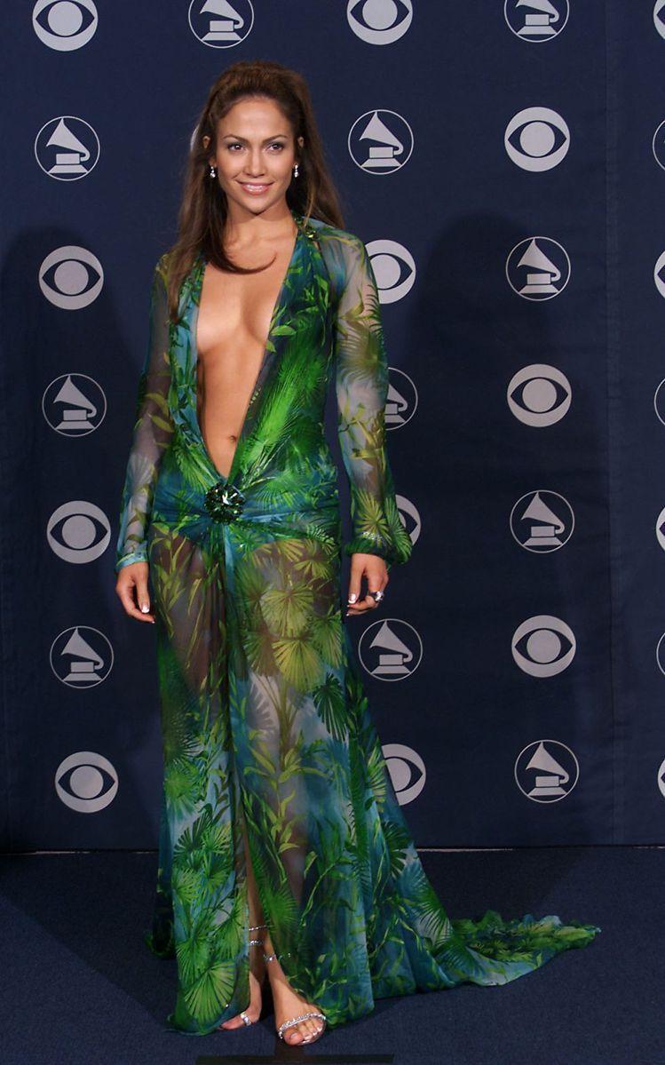 珍妮佛洛佩茲2000年時的經典VERSACE綠色叢林印花洋裝造型。圖/VERSA...