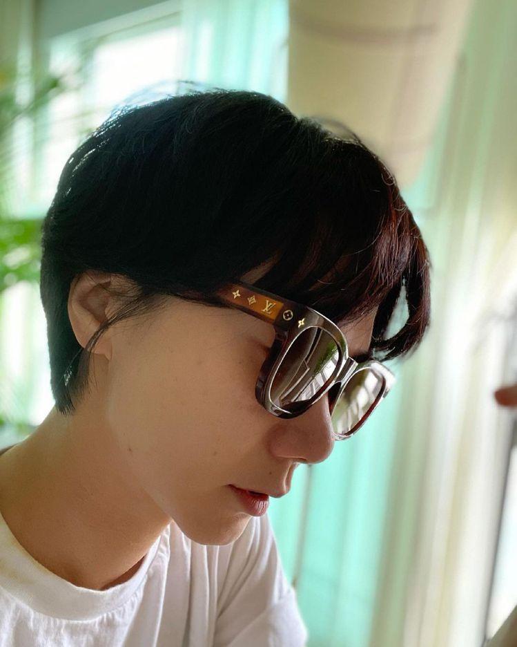 裴斗娜戴上LV早春大秀邀請函隨附的太陽眼鏡。圖/取自IG