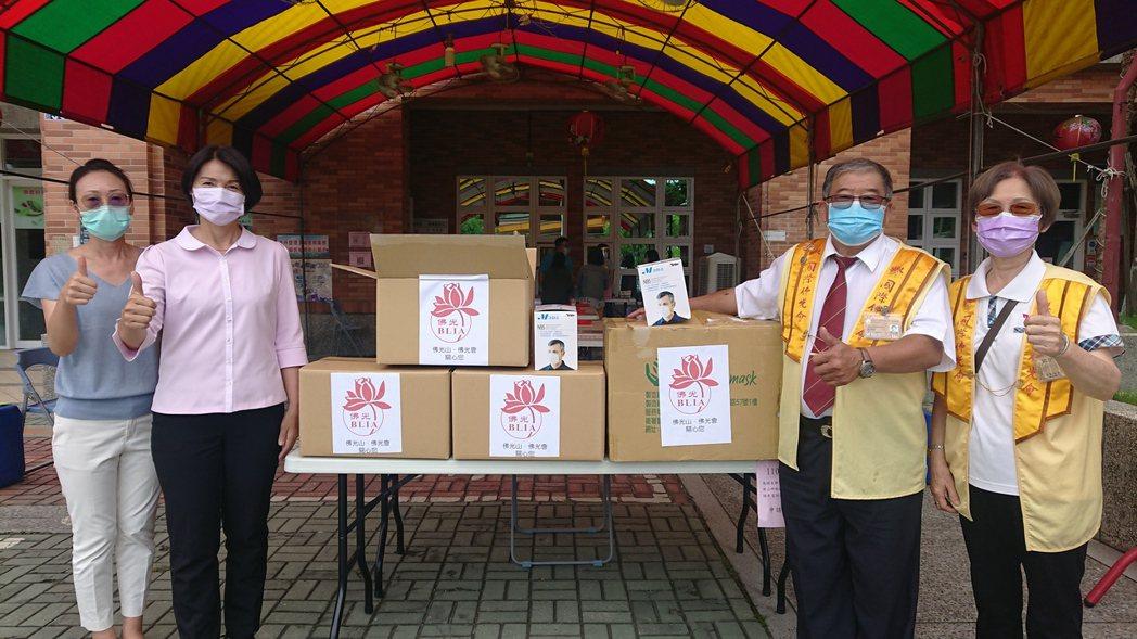 佛光山佛組會溪湖分會今天捐贈防疫物資給溪湖鎮公所。記者簡慧珍/攝影