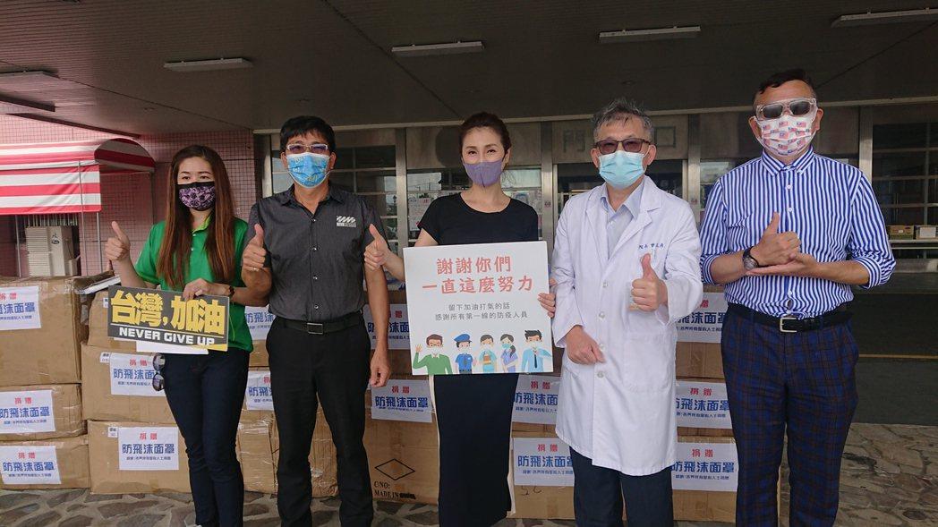 藝人梁佑南等人今天捐贈防護面罩給衛福部彰化醫院。記者簡慧珍/攝影