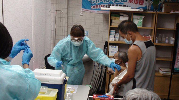 苗栗縣85歲以上長者接種疫苗,今天起在18鄉鎮市全面開打。記者胡蓬生/攝影