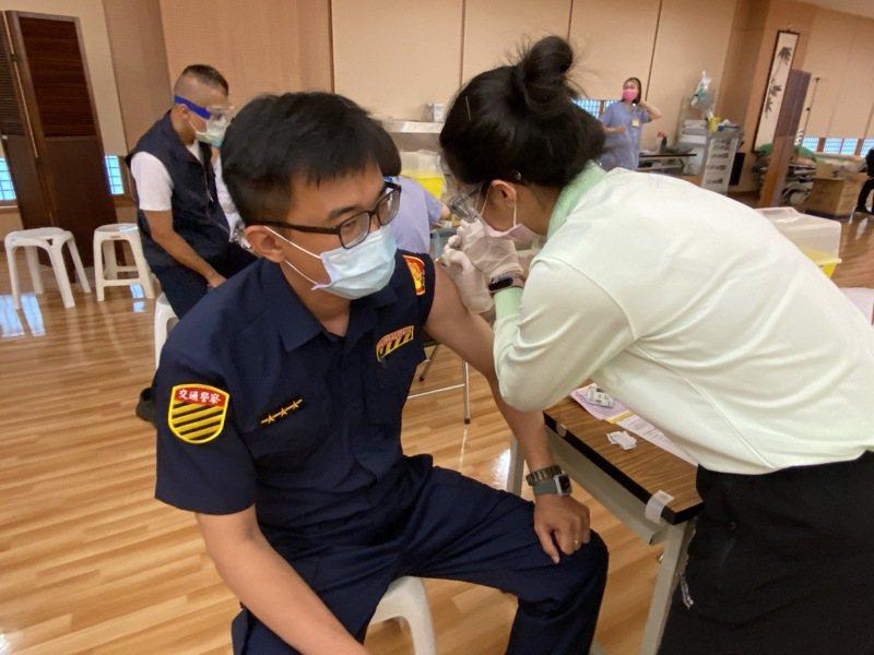 台中市警察局尚有3393名警職人員未施打疫苗,明起兩天將在64處快打站開打。圖/台中市政府警察局提供