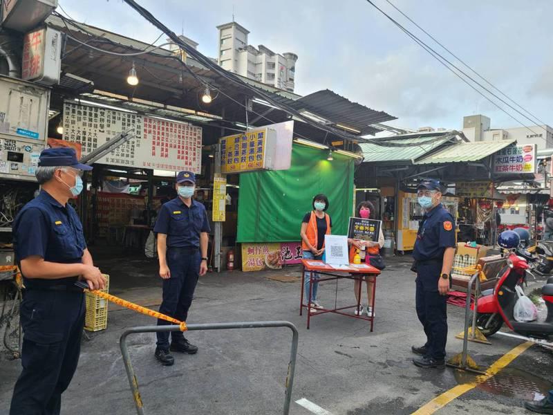瑞豐夜市今預估有百攤商家重新復業,警方如臨大敵派員在場嚴管。圖/讀者提供
