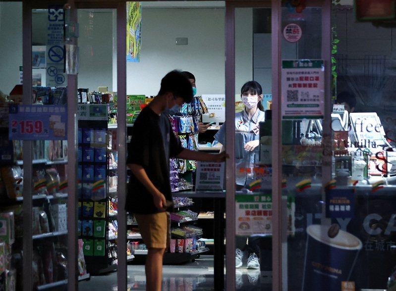 513、517兩次停電、限電,暴露台灣電力結構的脆弱,也讓缺電危機的陰影籠罩在民眾心頭。圖為停電時一家便利商店也被迫暫停營業,電動門變成手動門。圖/聯合報系資料照片