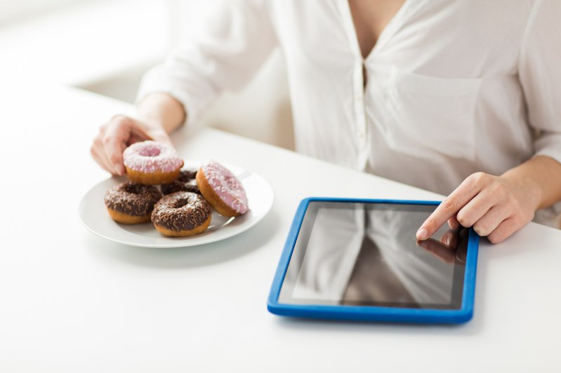 在家工作活動量大減,點心隨手可得,不知不覺就吃進過多熱量。示意圖/ingimage 提供