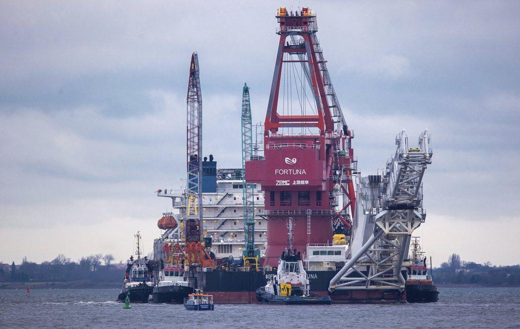 拜登上月解除北溪二號管線制裁,圖為1月就在德國維斯馬港就定位的一艘俄國鋪設油管船...