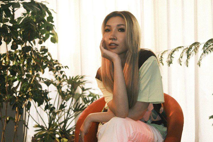 新加坡創作歌手Gentle Bones(陳卓義)與Karencici首度合作,跨海合唱新歌「一天加點愛」,唱出遠距離戀愛的心聲,MV也是各拍各的,卻異地同步,連情侶照的道具也是由Karencici親...