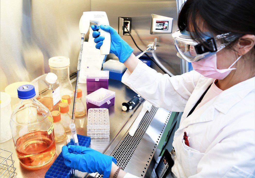 生技中心今年US BIO聚焦次世代抗體及細胞治療領域,特別推出12項創新藥物開發...