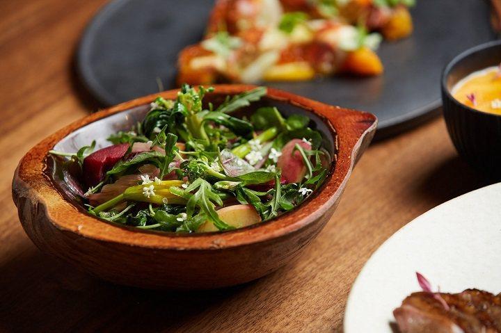 外帶套餐中的「季節蔬菜/百香果/康普茶」溫沙拉。圖/摘自米其林官網。