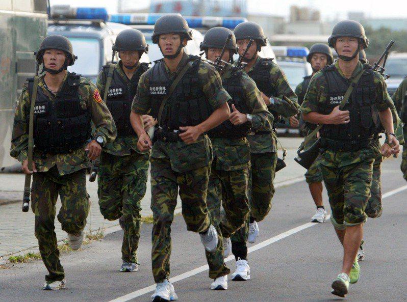 疫情升高的影響,國軍跑步操課訓練除須戴口罩,為維持社交距離,過去單位主官帶著部屬一起跑步的情景也消失。圖/聯合報系資料照片