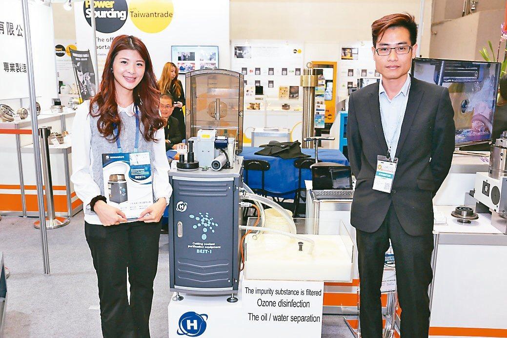 鋐川科技技術部經理蔡祈烽(右)與夥伴在展場合影。黃奇鐘/攝影