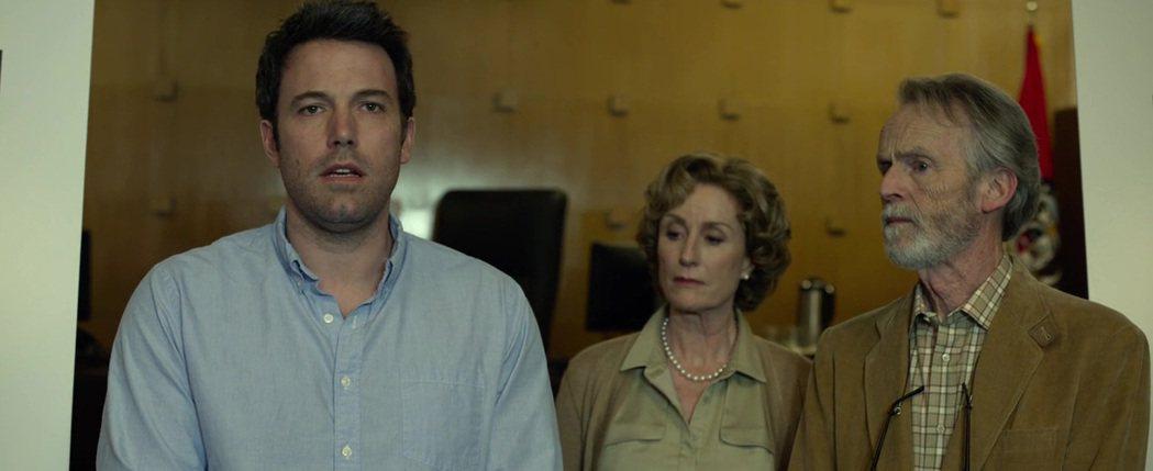 麗莎班恩斯(中)在「控制」扮演女主角的母親。圖/摘自imdb