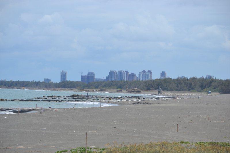 台南市南區黃金海岸灣裡及喜樹段完成養灘工程,重現大片沙灘景象。記者鄭惠仁/攝影