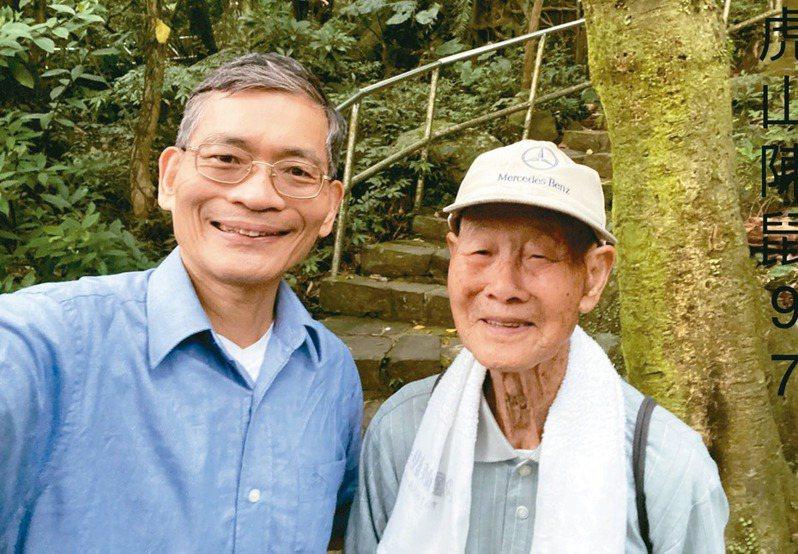 簡文仁(左)認識97歲的陳先生,爬山40多年,還樂此不疲。圖/簡文仁提供