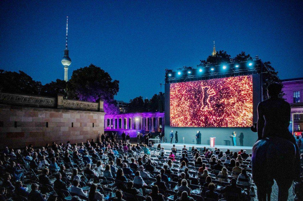 柏林影展於柏林博物館島舉行露天頒獎典禮,同時舉辦實體影展,湧現了久違人潮。圖/海...