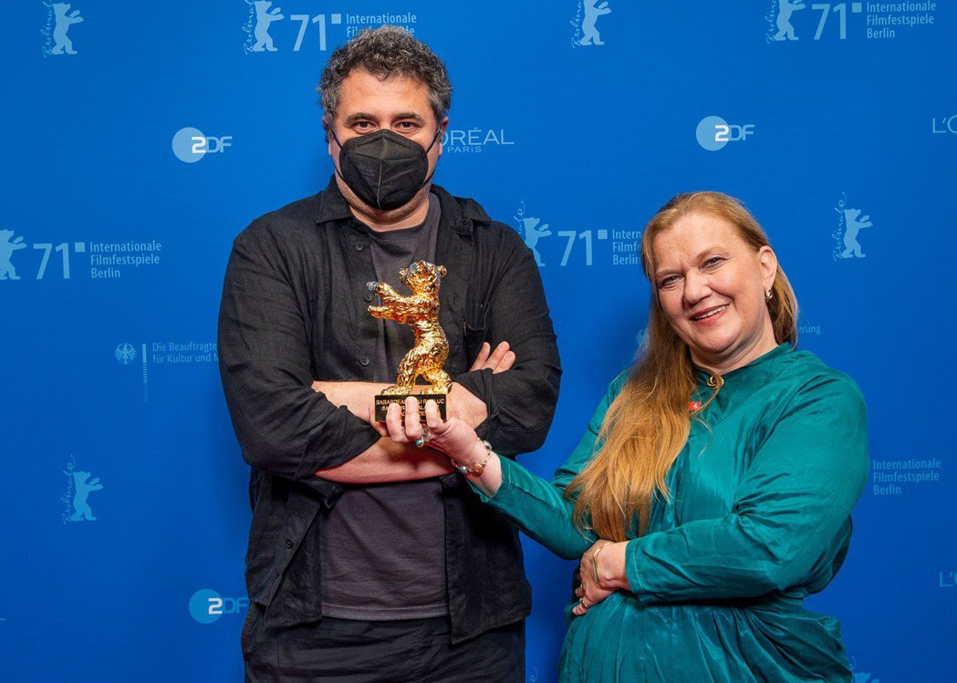 導演哈都裘德(左)上台領獎時,一度戴上黑口罩。圖/海鵬提供