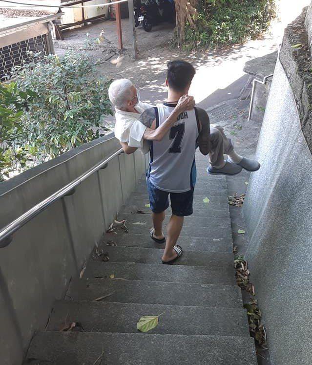 最美背影!孝孫「公主抱」阿公走300公尺斜坡打疫苗。圖/張哲源提供