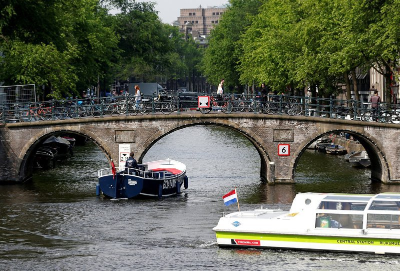 遊船在運河中的頻繁穿梭也進一步侵蝕到地基。路透