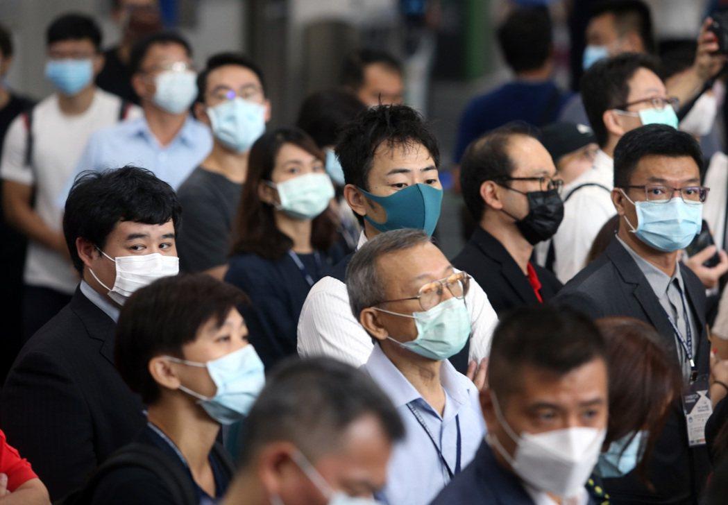 新冠疫情再起,民眾到人潮聚集的地方,都戴上口罩以免感染。記者曾吉松/攝影
