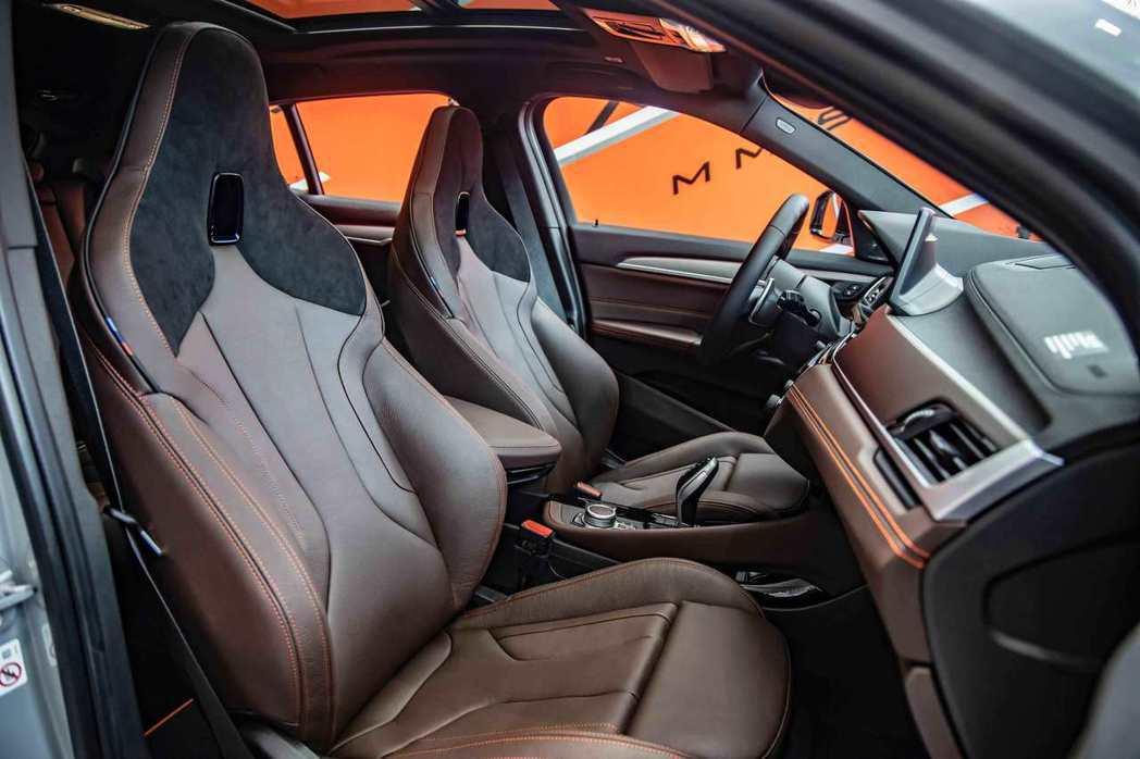 Dakota真皮 Alcantara麂皮M雙前座跑車座椅提供駕駛極佳的包覆性與支...